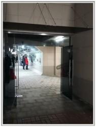 Цельностеклянная дверь и стеклянный козырек. Подземка, Могилев, 09.2016