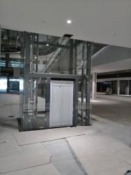 Минск, ТЦ Мега, стеклянное ограждение шахты лифта