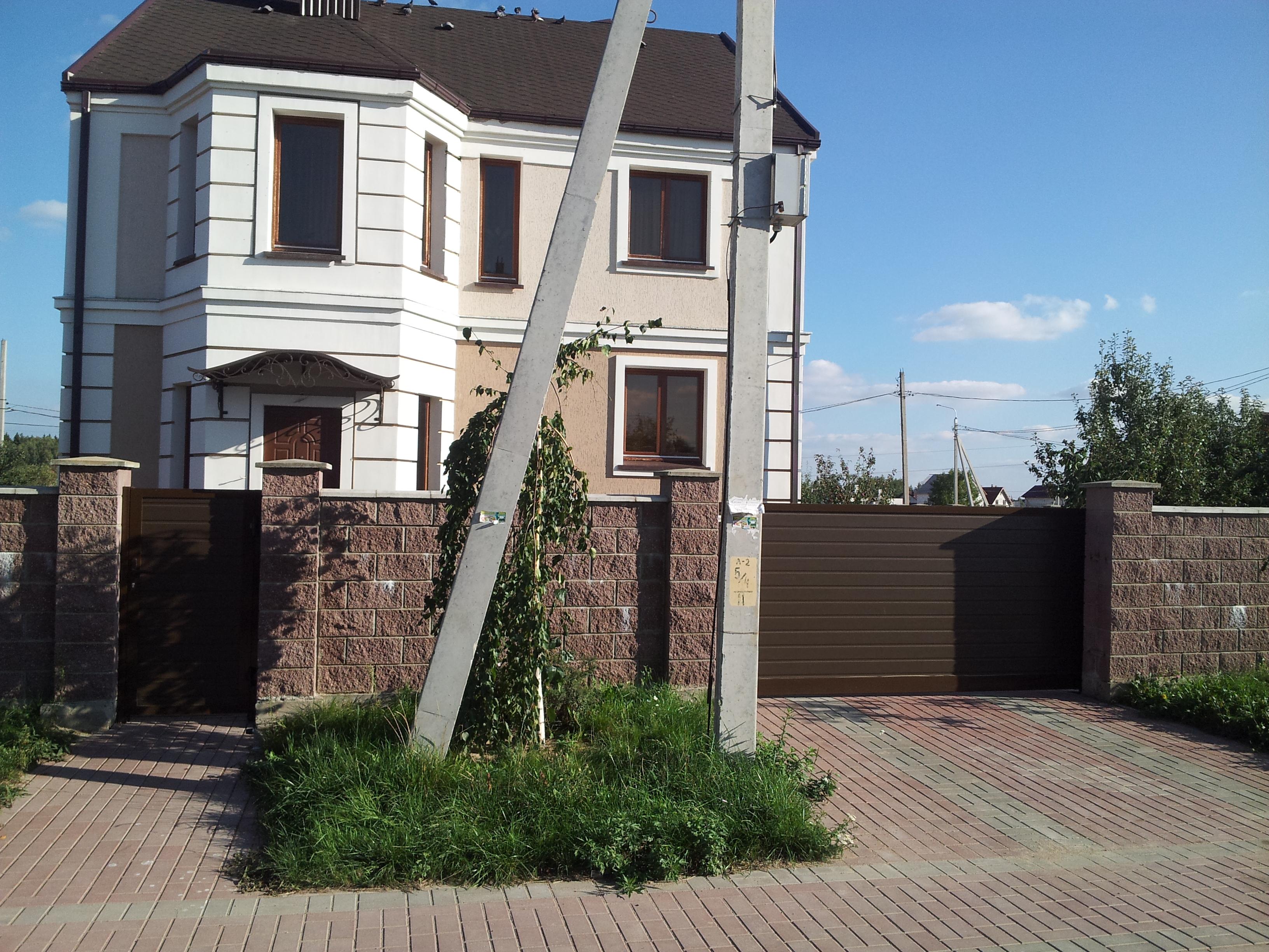 Ворота секц. с калиткой отдельностоящей Алютех Софиевская 15 Могилев